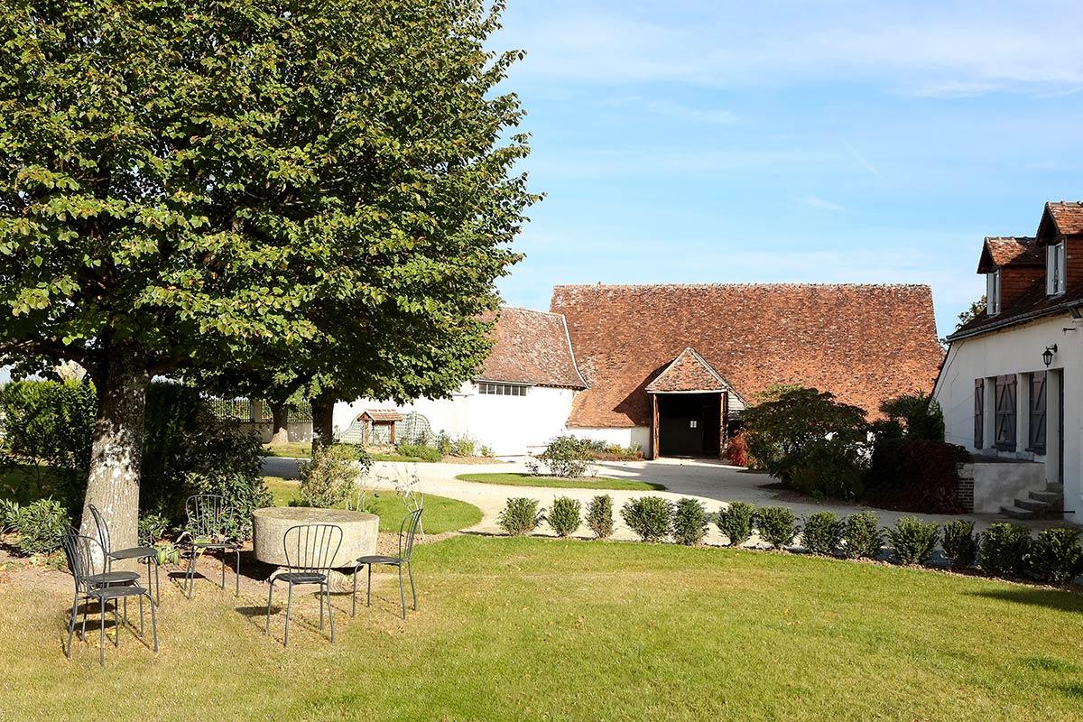 Si vous cherchez un lieu d'exception dans la région centre pour votre mariage, venez découvrir à côté de Tours : la Granges des Barres.